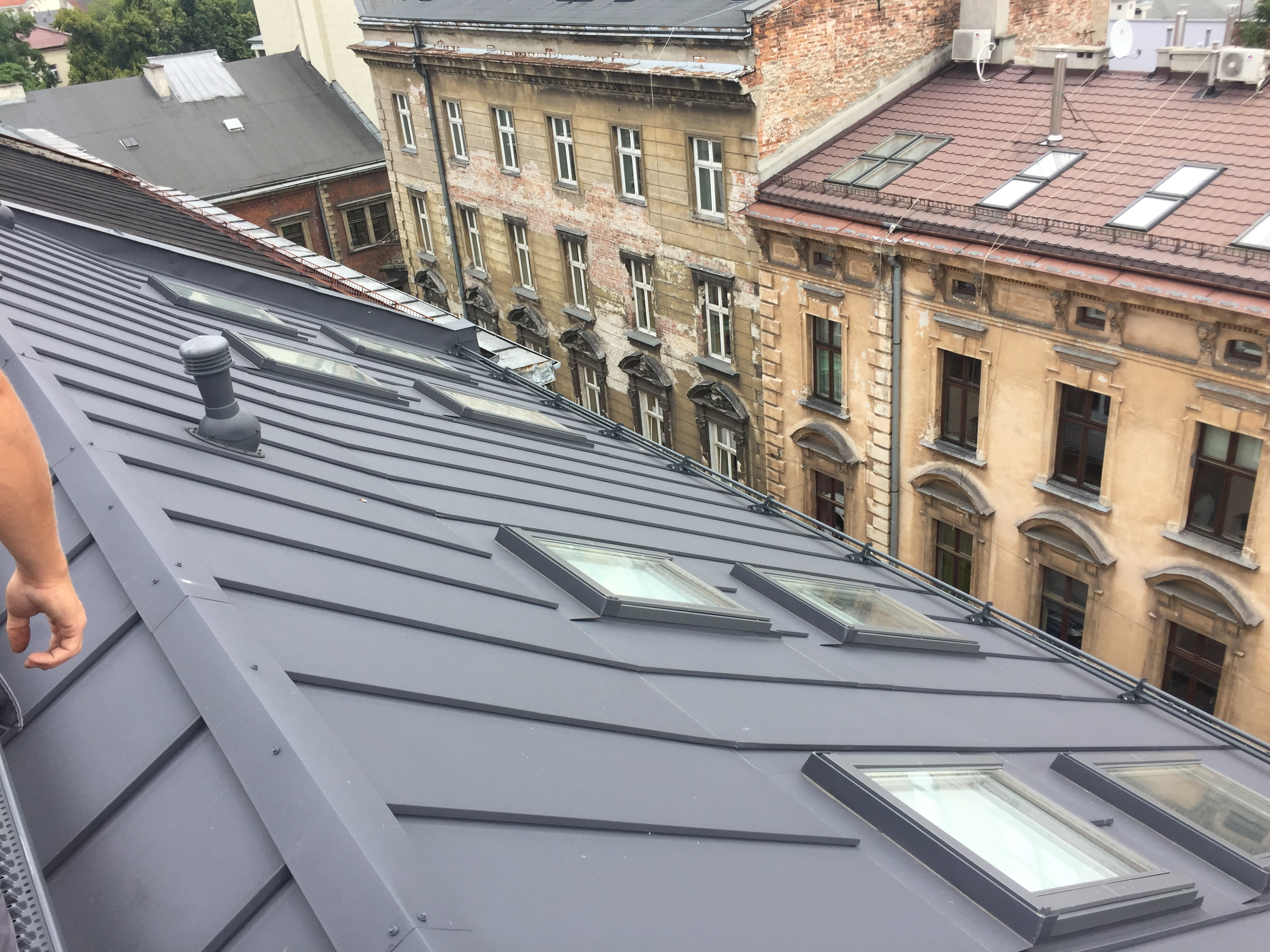 Widok na wyremontowany dach